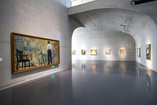 展览现场,左手边为陈逸飞完成于1978年的《踱步》
