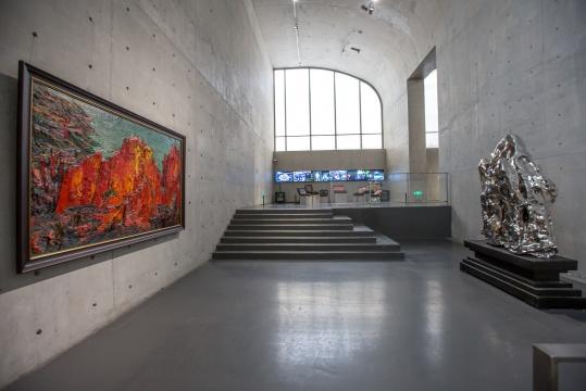 展览现场,尹朝阳的作品和展望的雕塑完美呼应