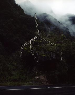 陈卓 《荒蛮故事No.21 被锁住的巨石》 103x130cm 收藏级艺术微喷,哈内穆勒硫化钡2017