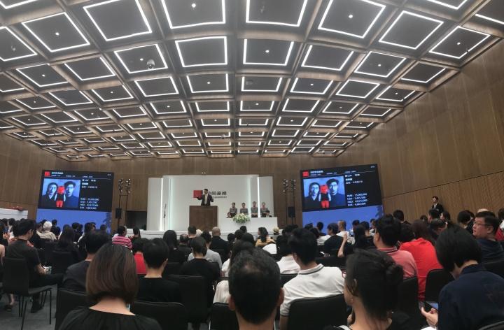 采访当天晚上,在嘉德2018春拍夜场上张晓刚的《血缘-大家庭1号》以4025万元成交