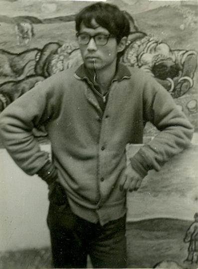 1981年,张晓刚于四川美院画室,正在创作毕业作品《天上的云》。