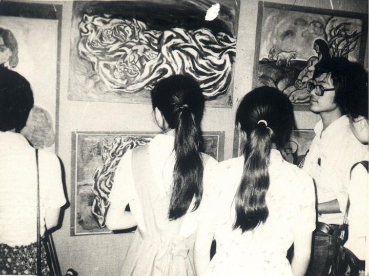 """1985年,参展上海市静安区文化馆自费举办的第一届""""新具象""""展览现场"""