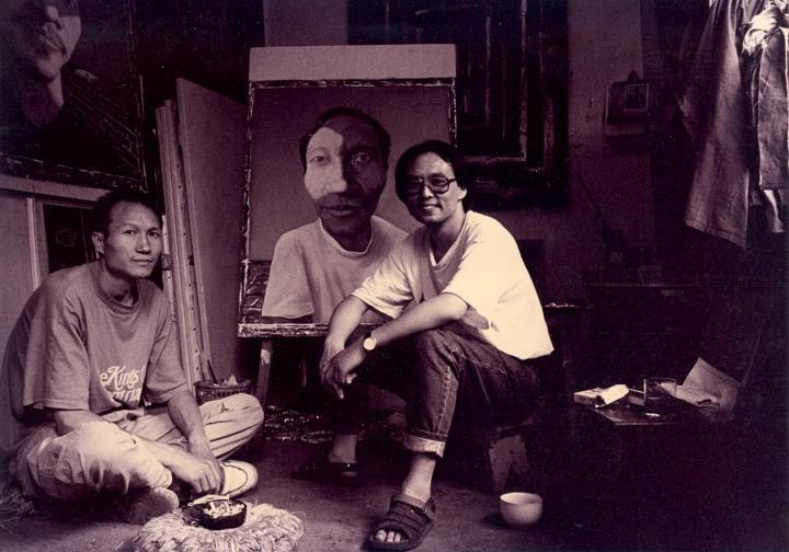 """1993年,张晓刚在昆明借毛旭辉的工作室画出了最早的一批肖像系列,算是后来""""大家庭""""系列的铺垫"""