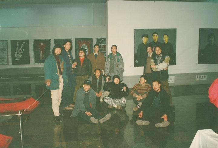 """1993年,张晓刚与朋友们成都四川美术馆""""九十年代的中国美术:中国经验""""展,""""大家庭""""的雏形开始出现"""