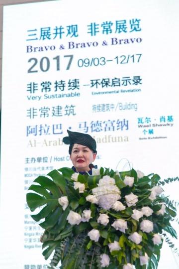 """四年半的时间,谢素贞在银川当代美术馆主持了18场展览,上图为2017年谢素贞主持""""非常""""系列展览开幕"""