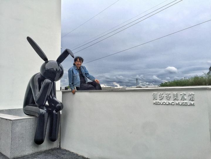 何多苓与他为自己的美术馆设计的兔子雕塑