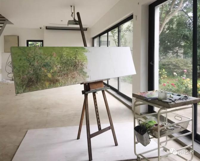 何多苓正对着工作室的花园写生。他将这幅完成于他七十岁生日时的作品命名为《七十而立卷》
