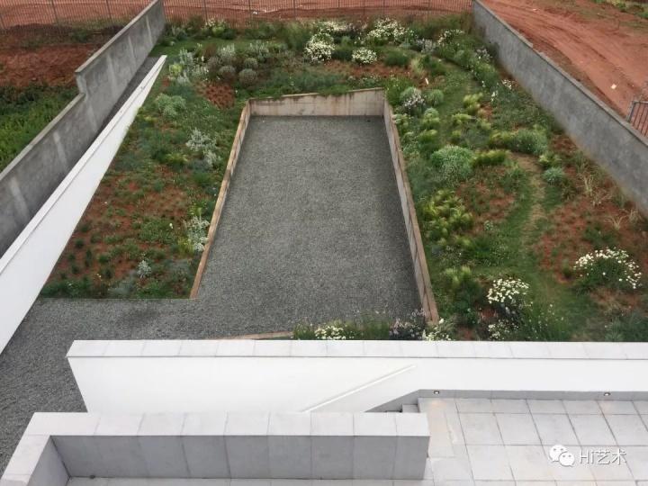 在893平米的四白落地的小型美术馆里,何多苓的审美和严谨的逻辑得到了尽情的释放:线和面构成的强烈秩序感,形式绝对服从功能