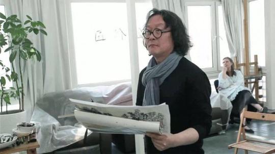 徐冰(左)与林似竹(右 )镜头取自纪录片《墨咏:徐冰的符号学》 2016
