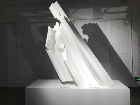 """欧阳苏龙 《影》 树脂 200x80x250cm 2018  作品意在以""""光""""塑形,将光影作为固体化的雕塑。艺术家在此截取的是古希腊雕塑""""大卫""""的投影"""