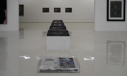 张羽《上墨及阅读》 行为装置;报纸,墨,水,亚克力箱,亚克力板,木头展台 2018