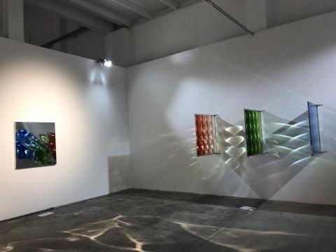 曾曦《视网膜35》镜面不锈钢、菲涅尔透镜、自然干玻璃颜料,102x103cmx3,2017