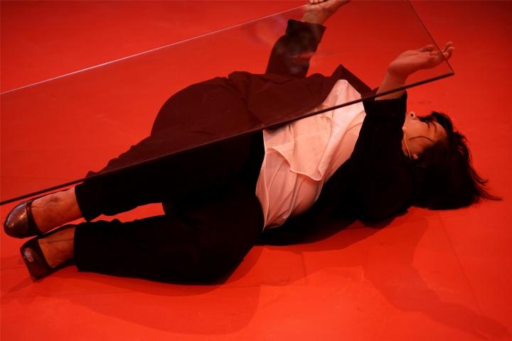 """麦拉蒂·苏若道默 她为什么对块玻璃说了5个小时""""I Love You"""""""