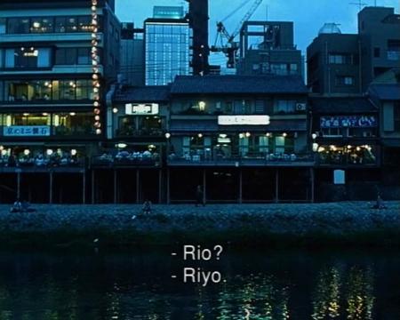 多米尼克·冈萨雷斯-弗尔斯特Dominique Gonzalez-Foerster 《Riyo》影片时长:10分钟 1999 法国 勒梅特夫妇收藏,作者是杜尚奖得主  两个尚未成年的男女在打电话,在日本都市的暮色中,京都的鸭川江畔的三条桥和四条桥之间。在这样一个青少年约会调情的地方,随着光线的涌现和背景的叠加,通过这对无形存在着的男女的对话,显现出城市的面貌,它充斥着情感,短暂,青涩与开放。