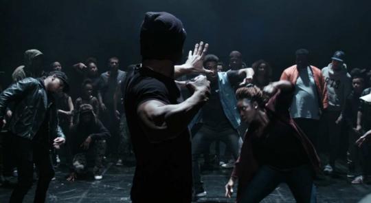 克雷蒙·柯吉道尔 Clément Cogitore《印地之爱》Les Indes Galantes 影片时长:5分钟 2017 法国 勒梅特夫妇收藏  Krump是起源于南中央洛杉矶非洲裔美国人社区、出现于1995年洛杉矶种族骚乱后的一种舞蹈。导演在巴士底歌剧舞台上创造了城市文化与拉莫音乐之间的说唱对决。