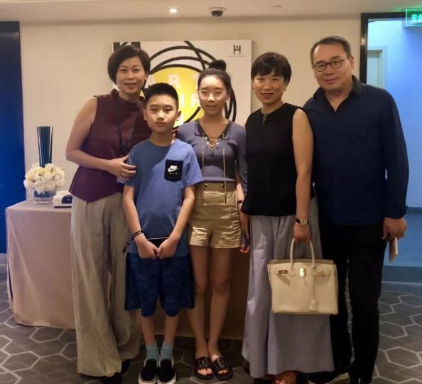 姚薇与收藏家唐炬(右一)及其家人合照