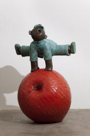 蒋朔&吴少湘 《大跃进》 65×65×110cm 青铜 2008 林大艺术中心