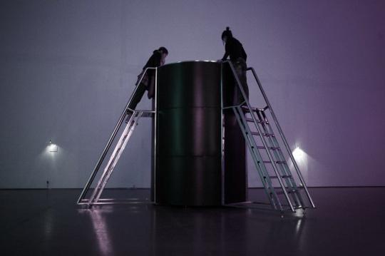 徐仲敏 《梯,机械装置》390×390×265cm 不锈钢、玻璃钢、LED、机械传动 2010