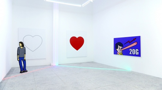 """""""张心一:interesting.""""展览现场,背景的两颗心,有没有让你想起朋友圈的点赞?"""