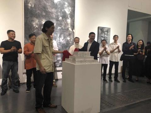 新意向绘画群学术主持、艺术家吴强和万事达卡中国区副总裁郑笑非为展览揭幕