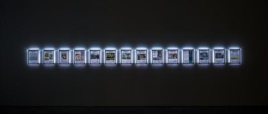 何锐安 《亚洲不奇迹列表》纸上数码打印,亚克力灯箱, 尺寸可变,2018