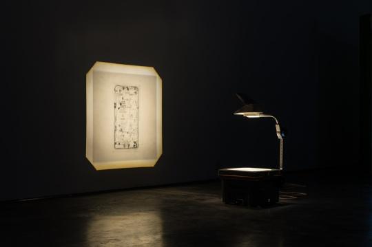 苏予昕,《情绪劳动》 投影机,透明胶片,墨水,尺寸可变,2018