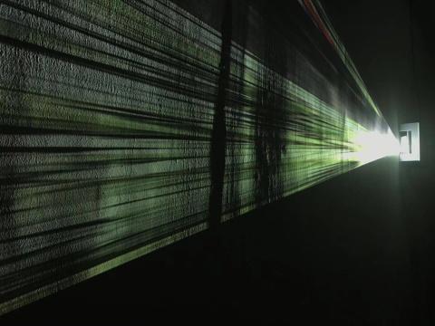 张辽源《放映》影像装置使用投影仪,在展厅墙面投射出一个倾斜的画面,使画面内容呈射线状分布。影像素材来自于画廊室外街景的实时影像。画面随着室外自然因素的变化而变化,彩色/无声 2018