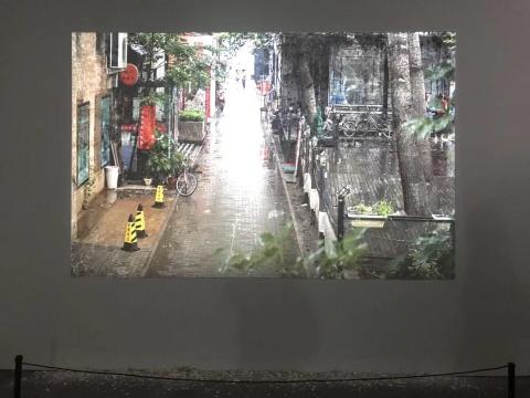 张辽源《画面在墙上》影像装置画廊外实时影像,投影尺寸可变,彩色/无声 2018