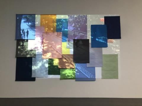 张辽源《懒散的下午》影像装置在投影画面区域内张贴不同颜色和大小的纸张,影像为画廊室外实时影像,投影尺寸可变,彩色/无声 2018