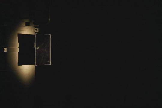 安全屋1# 昏暗的空间一束光柱,6个跟踪运动的眼球,一首黑色催眠前奏,睡不睡看你!