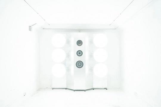 安全屋3# 五个房间五件灯光声音装置,每一小时循环一次的五声部白色空间交响。请携带墨镜,强光!!!