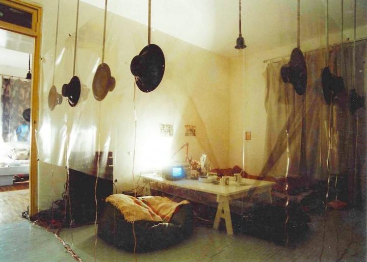 1995年,施勇在自己所居住的公寓创作了环境装置作品《扩音现场:一个私人空间的交叉回声》