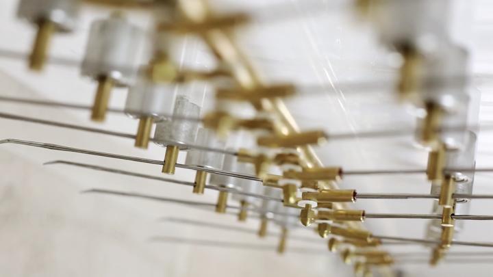 《鸢尾科NO.1》 153×153×10cm 光伏电池、导电胶带、木质框架;160×46×15cm 黄铜、铝、亚克力、电机 2016(©邓悦君工作室)