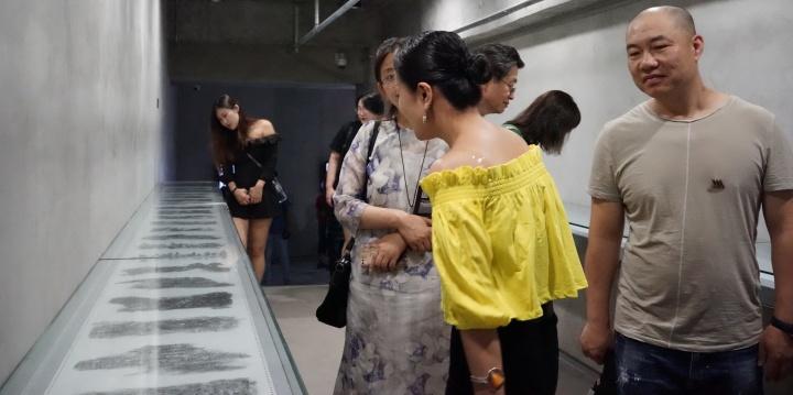 刘克雁作品展览现场。两年前他开始在打孔纸上进行的艺术语言探索 ,这件《未被修正的生命密码》,用长达一年多的时间,记录了他每天情绪、状态、感受的不同变化。由单色铅笔完成,风格自由随性。
