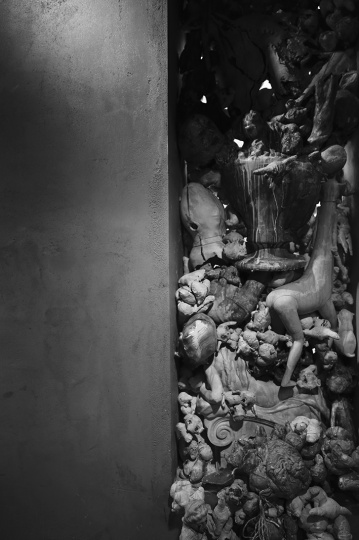 《无题》这件作品在作品与现场具体环境结合方面进行了探索。最初艺术家是利用展厅的不利条件——三扇窗的框体构思作品。用了她以往作品中的众多形象,充填现有三个窗体,向窗外挣脱,摆脱压抑与禁锢。