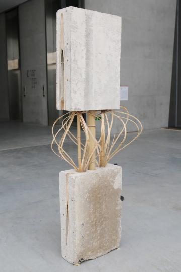 萧昱 《易位 No.18》200×85×70cm 装置、竹子、钢筋、水泥 2017