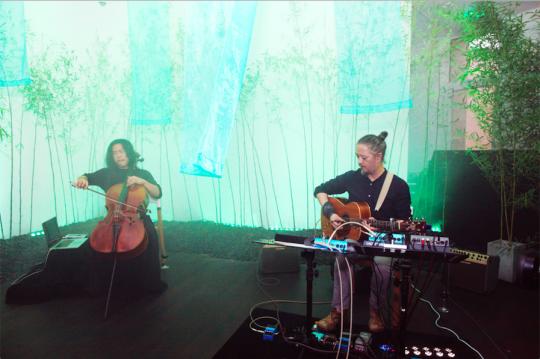 """汪文伟的吉他与宋昭的大提琴即兴和鸣,以""""竹林寻梦""""为主题展开即兴演奏"""