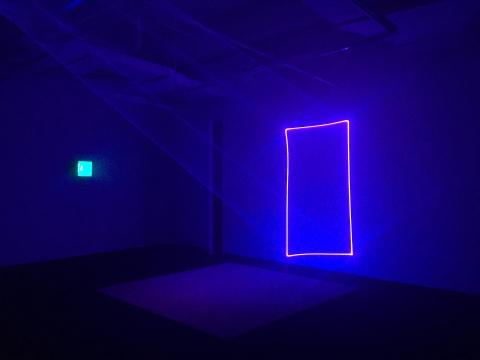 徐子薇用光和烟雾重新制造了一个虚拟的空间