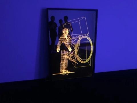 《我的身体大于整个宇宙》 玻璃、亚克力、LED灯 2018