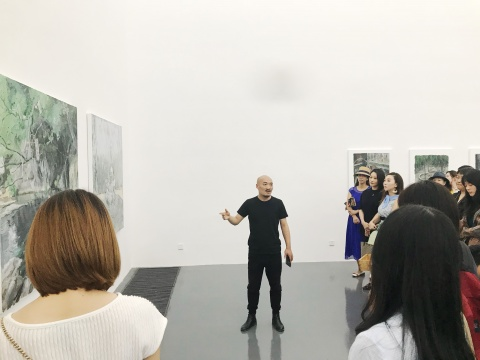 """策展团队孑孓社成员之一戴陈连在现场做""""导览"""""""
