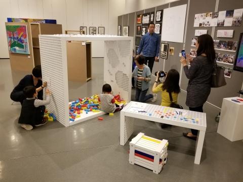 王建明《P·Cube3 人人 + 参与 + 玩乐 = 艺术》木板、金属、磁石贴及乙烯/醋酸乙烯酯共聚物1550(L) × 870(W) × 2160(H)cm2018