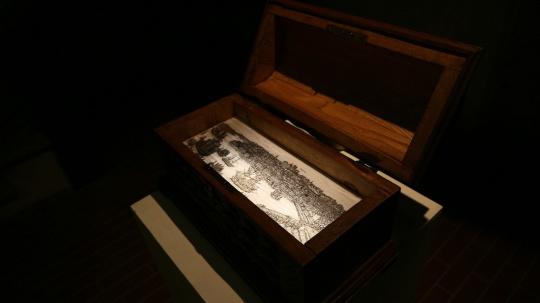 霍凯盛 《乐园》系列老木箱、灯箱绘画64 × 32 × 42 cm2018