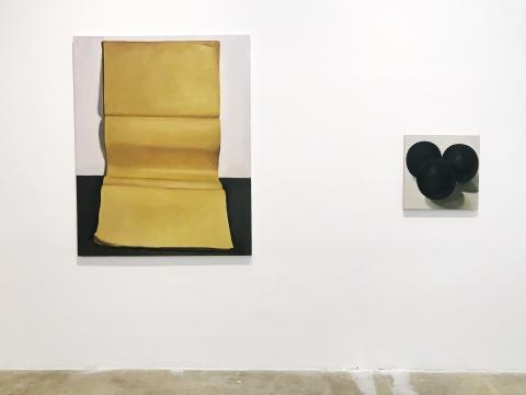 《毛边纸塑像》120cm×150cm 布面油画 2016(左) 《三个影子》 50×50cm 布面油画 2017