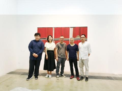 艺术家刘聪(右一)