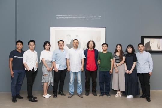 """方圆美术馆""""转音——青年当代工笔研究展""""展览现场策展人与艺术家"""