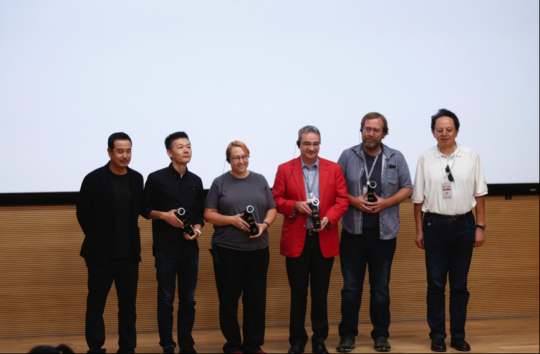 游戏学院奖 颁奖嘉宾:中央美术学院城市设计学院院长王中、清华大学教授林华。领奖人:Arte-Mecenas、画中世界、瓦尔登湖、折扇。