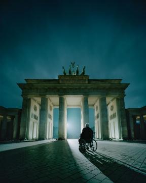安德里亚斯·穆埃《勃兰登堡门前的科尔》159.3×129.7×4.5cm 激光冲印 2014