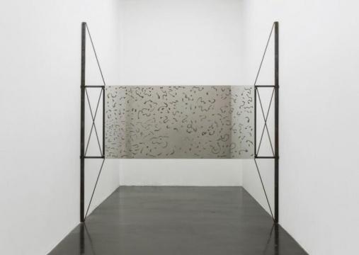 杨心广 《坏土二号》220 x 316 x 20cm不锈钢,土,铝,铁 2018