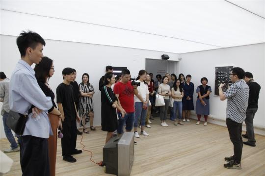 """日光亭项目""""今天应该很高兴""""开幕现场,策展人陈立为观众及媒体导览展览,泰康空间,2018"""