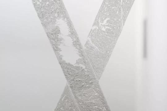 邝镇禧,《虚构的事》,雕刻强化玻璃、铝制结构框架,尺寸可变,2017,图片由艺术家及香港安全口画廊提供